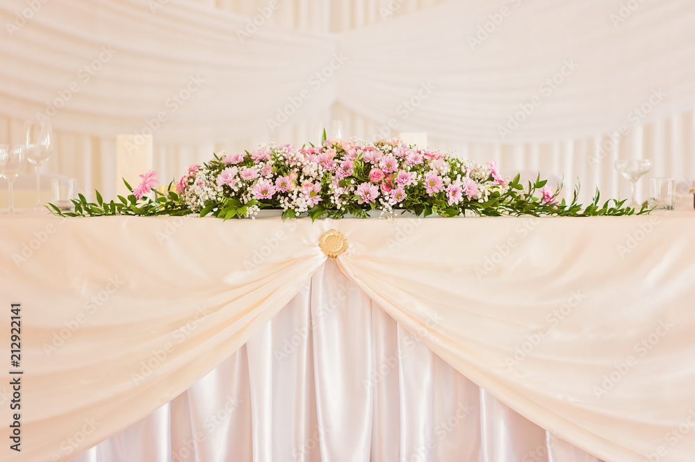 Fototapety, obrazy: Wedding main table simple brigt floral decoration with pink flowers in bloom
