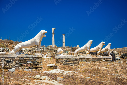 Photo Ancient ruins in the island of Delos in Cyclades, one of the most important mythological, historical and archaeological sites in Greece