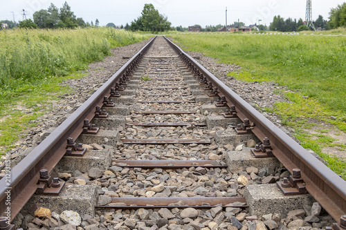 Fotografía  View of Railway tracks approaching to exterior facade of Auschwitz Birkenau conc
