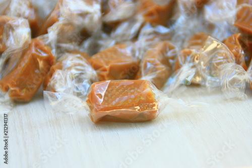 Fotografia, Obraz  caramels mous au beurre salé dans leur emballage