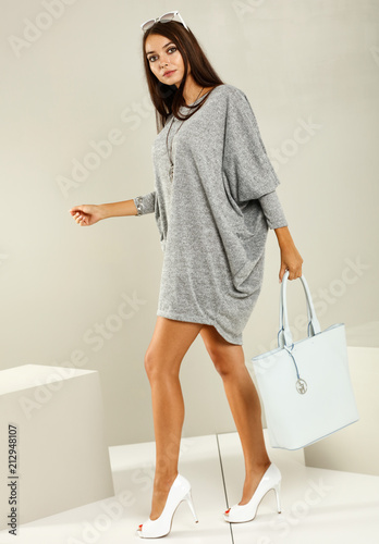 Spoed Foto op Canvas Hoogte schaal slim young woman and fashion photo in studio
