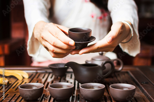 Fotomural Woman serving Chinese tea in a tea ceremony
