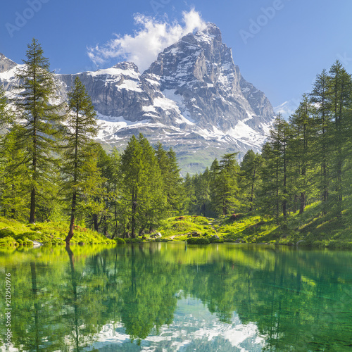 Foto op Canvas Bergen view to mountain peak Matterhorn and forest lake with emerald water and pines in Italy