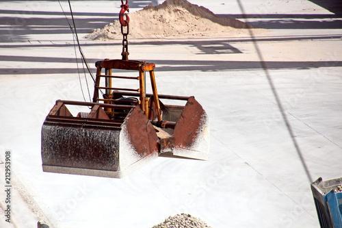 Spoed Foto op Canvas Poort Грузовой терминал ,погрузка гипса судовыми кранами на балкер, порт Салалах, Оман, Индийский океан.
