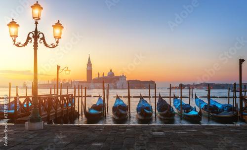 Plakat Wschód słońca w San Marco kwadracie, Wenecja, Włochy. Canal Grande w Wenecji. Architektura i zabytki Wenecji. Wenecja pocztówka z Wenecja gondolami
