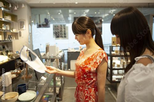 In de dag Bakkerij ショッピングを楽しむ、若い女性。