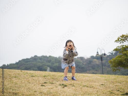 公園で元気に叫んでいる女の子