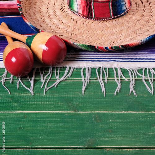 Foto op Aluminium Centraal-Amerika Landen Mexico cinco de mayo wood background mexican sombrero square format