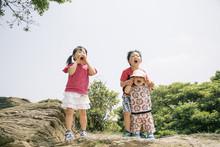 自然の中元気に叫ぶ子供たち