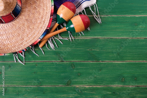 Foto op Aluminium Centraal-Amerika Landen Mexico cinco de mayo wood background sombrero serape blanket maracas