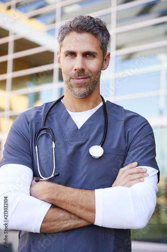 Fotografía  Middle aged white male healthcare worker outdoors, vertical