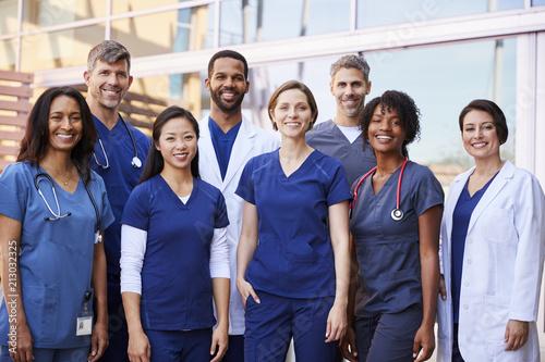 Fotografía  Smiling medical team standing together outside a hospital
