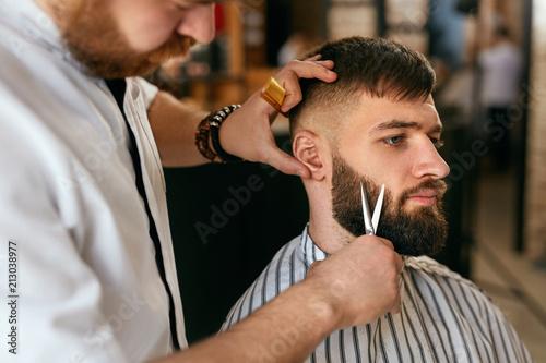 Fotografía Beard Cut In Barber Shop. Barber Cutting Beard