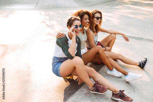 Spoed Foto op Canvas Hoogte schaal Three laughing pretty young girls having fun