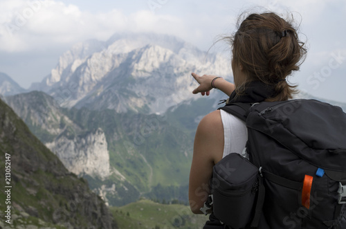 Fotografia  Alpine guide pointing at the summit of the mountain