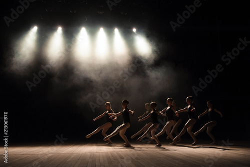 Fotografía  Ballet class on the stage of the theater with light and smoke