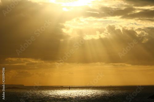 Plakát  Die Sonne scheint durch die Wolken