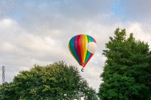 Foto op Canvas Luchtsport Hot air balloon under blue sky.