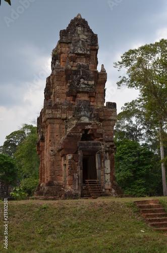 Foto op Plexiglas Bedehuis ancient angkor temple cambodia hindu stone landscape