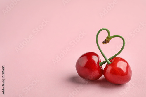 Cuadros en Lienzo Sweet red cherries on color background
