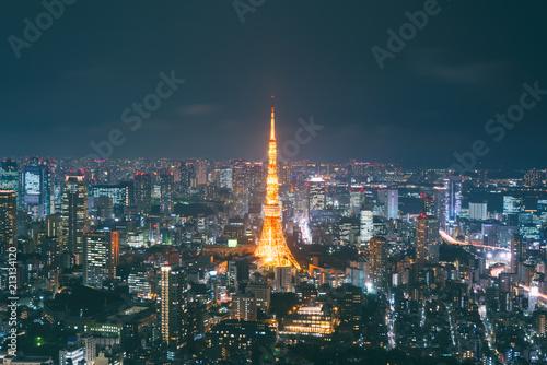 Plakat Pejzaż z Japonii o zmierzchu. Krajobraz Tokio biznesowy budynek wokoło Tokio wierza. Nowoczesny wysoki budynek w dzielnicy biznesowej w Japonii ...