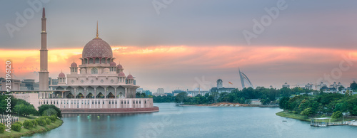 Papiers peints Con. ancienne Putra Mosque with dramatic sky Putrajaya, Malaysia