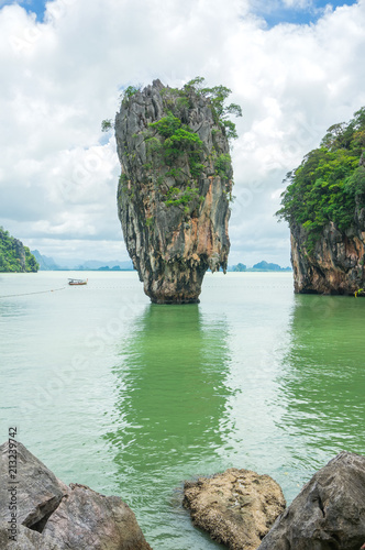 Staande foto Eiland James Bond Island also call Nail Island, is a small limestone cliff, vertical stand on the sea with 20 metres high. Its diameter ranging in the top around 8 metres and bottom around 4 metres.