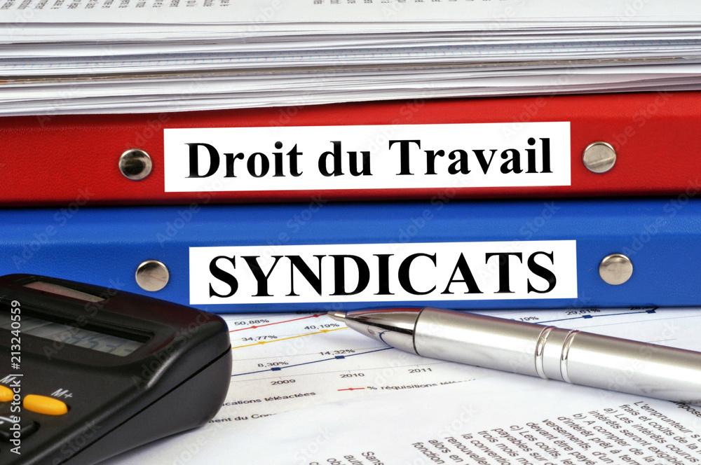 Photo  Dossier droit du travail posé sur le dossier syndicats