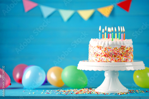 Leinwand Poster  Geburtstag Torte Kuchen mit Luftballons, Konfetti und Wimpelkette