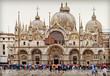 Venedigs Markusplatz mit Markusdom im Regen