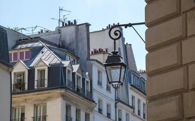 Fototapeta na wymiar lanterne et immeubles anciens à Paris