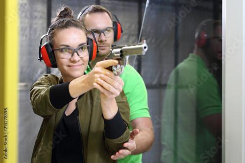 Obraz Strzelnica. Strzelanie z pistoletu. - fototapety do salonu