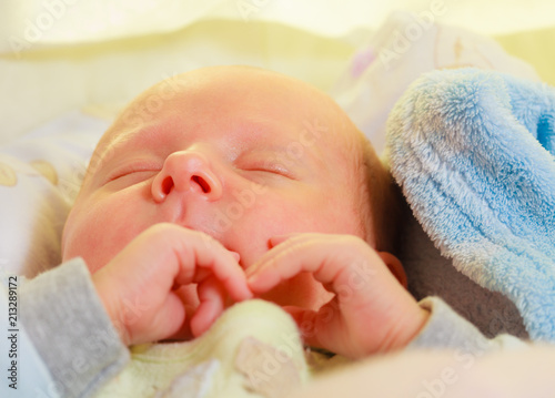 Fotografía  Little newborn baby sleeping calmly in blanket