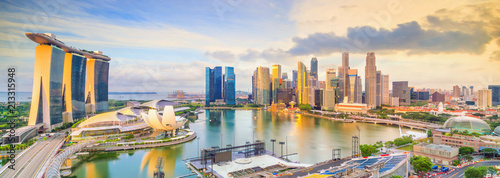 La pose en embrasure Singapoure Singapore downtown skyline bay area