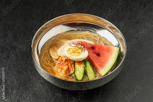 一般的な冷麺 韓国と朝鮮の料理 Naengmyeon Korean style noodle