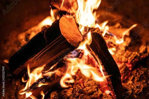 Obraz Nahaufnahme Feuer, Flammen und Glut durch brennendes Holz - fototapety do salonu