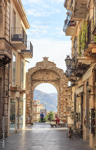 Messina Gate (Porta Messina) in Taormina. It is north entrance of  historical center of town which leads to  main street of Taormina Fototapete