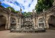 Brunnen mit Säulen und Figuren im Zwinger Dresden