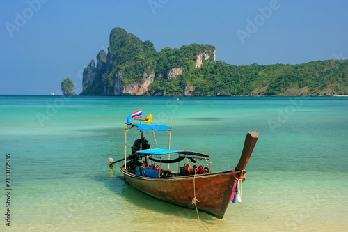 Photo Longtail boat anchored at Ao Loh Dalum beach on Phi Phi Don Island, Krabi Provin
