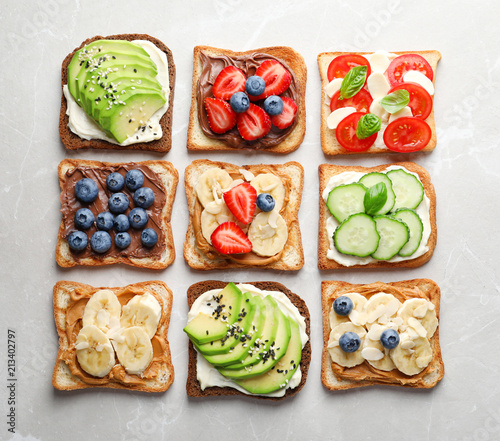 Платно Tasty toast bread with fruits, berries and vegetables on light background