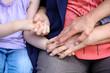 3 Generationen halten sich die Hände