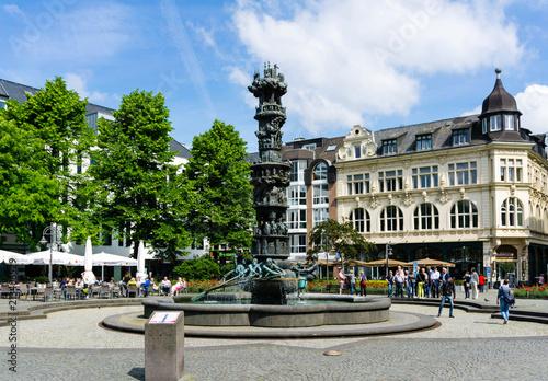 Foto op Plexiglas Historisch geb. Historiensäule in Koblenz bei blauen Himmel mit wolken