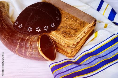 Fotografia Top view of shofar horn on white prayer talit