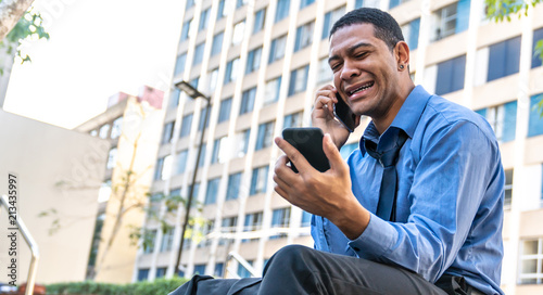 Fotografie, Obraz  Homem de negócios olhando o celular desesperado