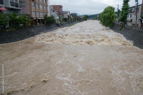 大雨による河川の増水 фототапет