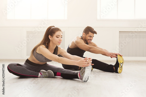 Fotografia Fitness couple at stretching training indoors