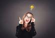 canvas print picture - Junge intelligente Frau mit Brille hat eine Idee, Glühbirne