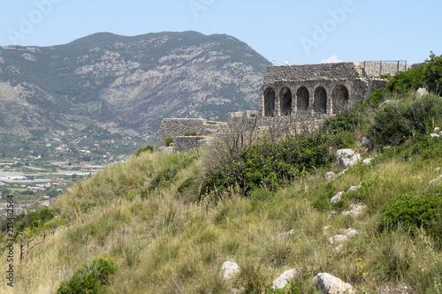 Valokuva  Smaler stone building on Monte Giove in Terracina, Italy