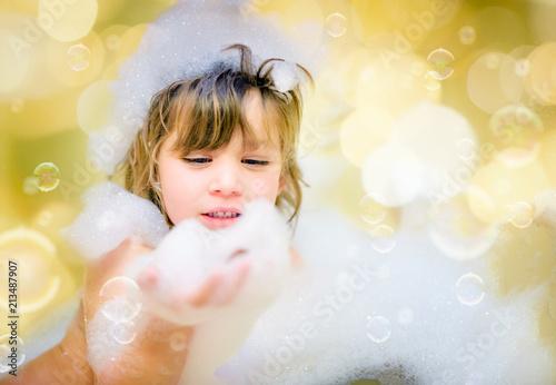 belle enfant jouant dans son bain Fotobehang