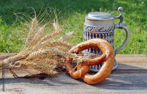 In de dag Bier / Cider Bierkrug mit Brezel